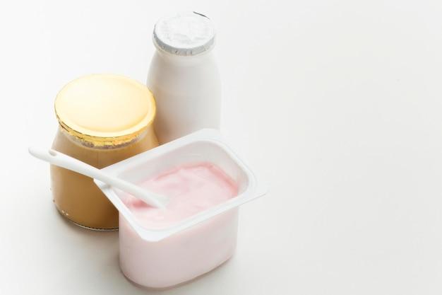 Leite orgânico close-up com iogurte fresco Foto gratuita