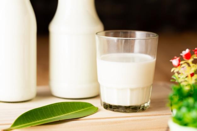 Leite produtos lácteos saudáveis na mesa Foto gratuita