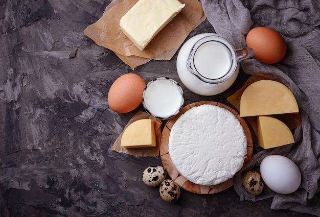 Leite, queijo cottage, creme de leite, manteiga, ovos Foto Premium