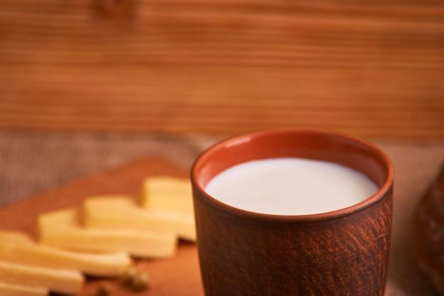 Leite sortido de produtos lácteos, queijo, ovos, rústico ainda vida Foto Premium