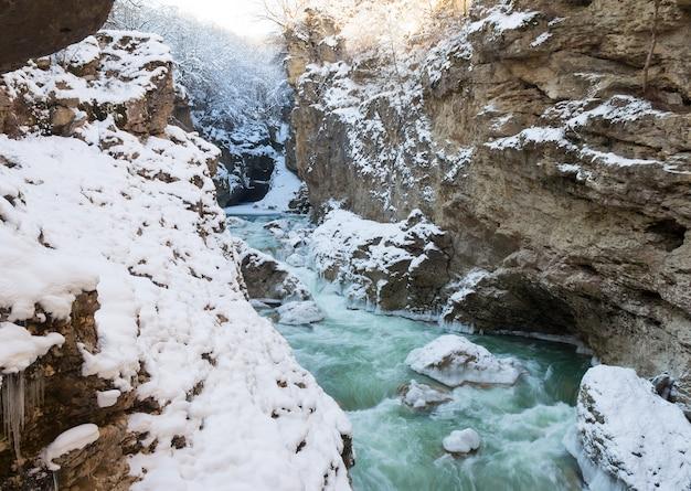 Leito rochoso de um rio de montanha no inverno Foto Premium