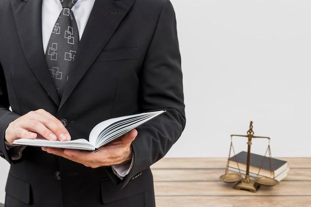 Leitura de advogado Foto gratuita