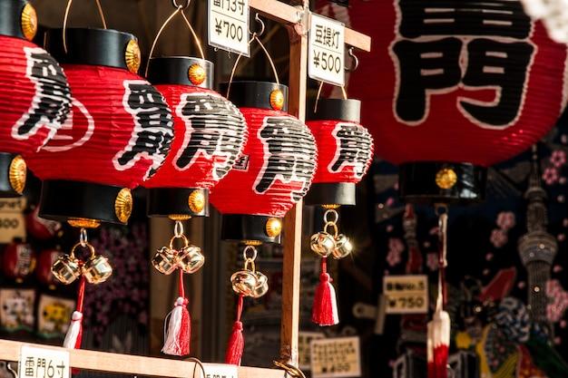 Lembrança no mercado do asakusa na frente do templo, tokyo, japão. Foto Premium
