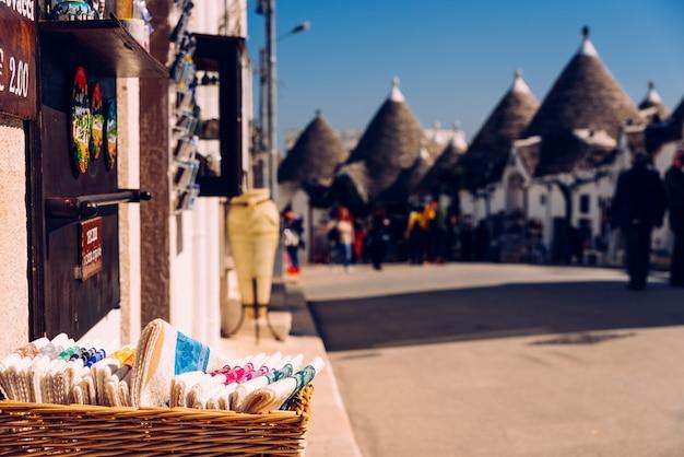Lembranças à venda para turistas expostos nas lojas nas ruas da cidade italiana de alberobello. Foto Premium