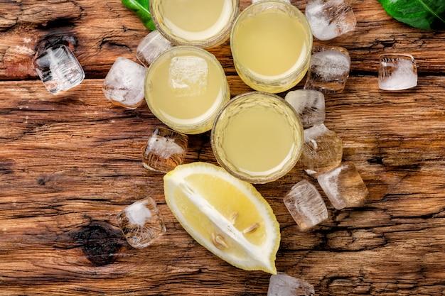 Lemoncello, licor de limão italiano Foto Premium