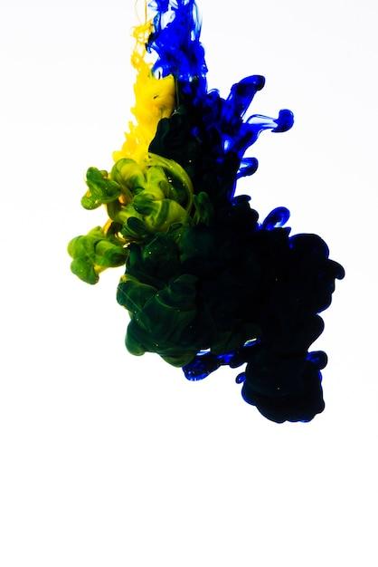Lentamente movendo tinta cai na água Foto gratuita