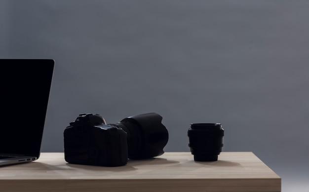 Lente de câmera minimalista na mesa com espaço de cópia Foto gratuita
