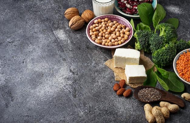 Lentilhas, grão de bico, nozes, feijão, espinafre, tofu, brócolis e chi Foto Premium