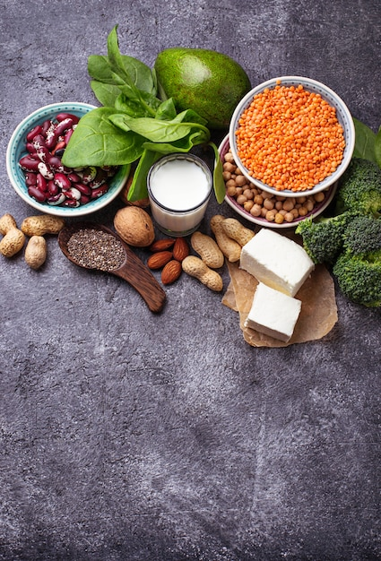 Lentilhas, grão de bico, nozes, feijão, espinafre, tofu, brócolis e sementes de chia. fontes veganas de proteína. s Foto Premium
