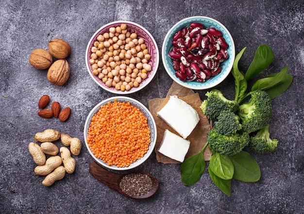 Lentilhas, grão de bico, nozes, feijão, espinafre, tofu, brócolis e sementes de chia. Foto Premium
