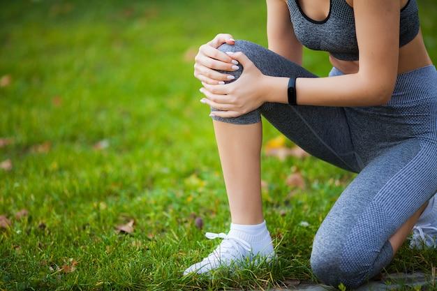 Lesão na perna. fitness mulher sofrendo de dor na perna após o treino Foto Premium
