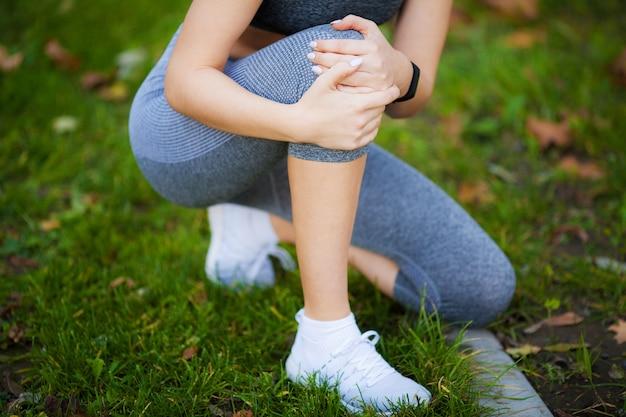 Lesão na perna. mulher bonita, sentindo dor no joelho Foto Premium