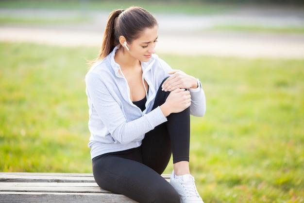 Lesão na perna, mulher que sofre de dor na perna após treino Foto Premium