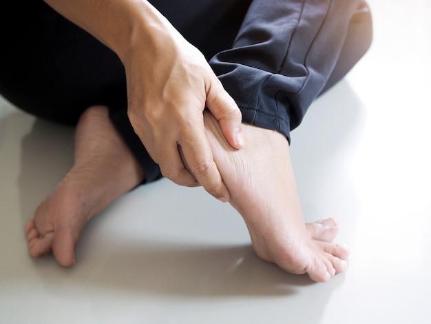 Lesão no pé por dor no calcanhar, tornozelos e ossos por inflamação dos tendões. Foto Premium