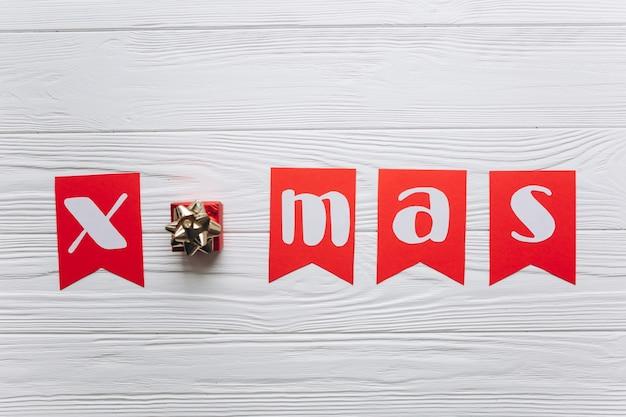 Letra Do Feliz Natal Com Aparar Roupas No Fundo Branco De Madeira