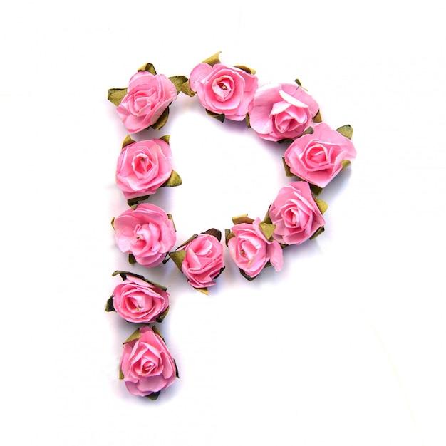 Letra p do alfabeto inglês de rosas na superfície branca Foto Premium