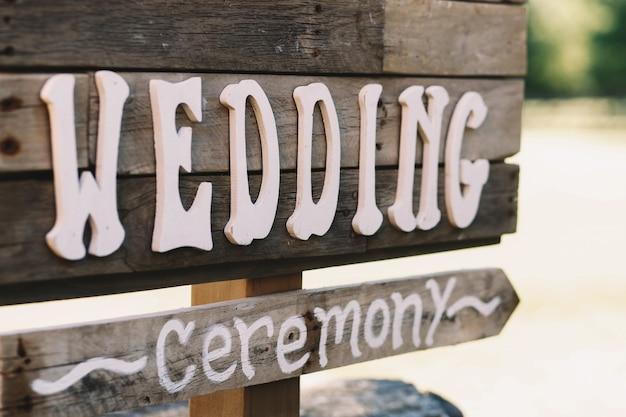 Letras brancas 'casamento' colocam uma tábua de madeira Foto gratuita