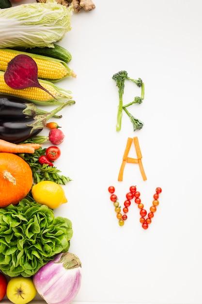 Letras cruas feitas de legumes Foto gratuita