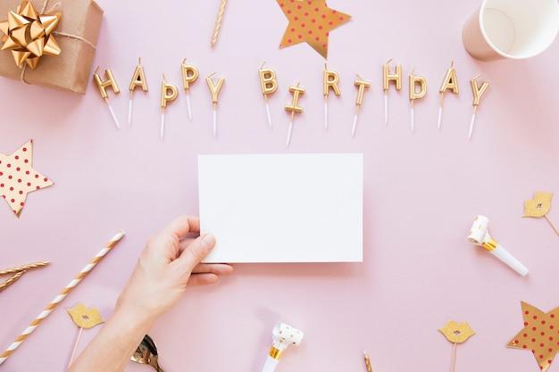 Letras de feliz aniversário em fundo rosa com cartão vazio Foto gratuita