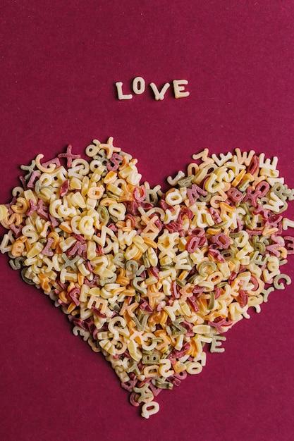 Letras de macarrão em forma de coração Foto gratuita