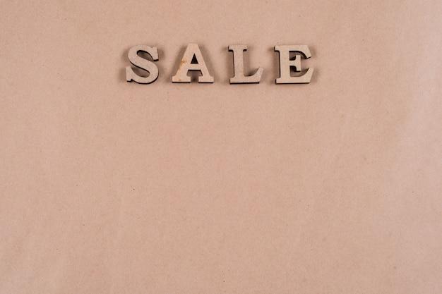 Letras de madeira abstratas da venda da palavra Foto Premium