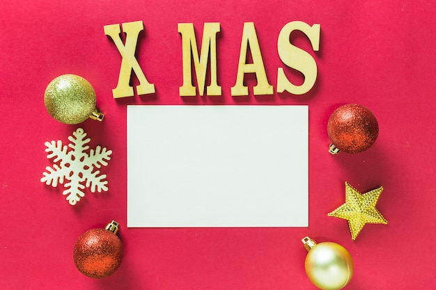 Letras de madeira de natal na mesa Foto gratuita