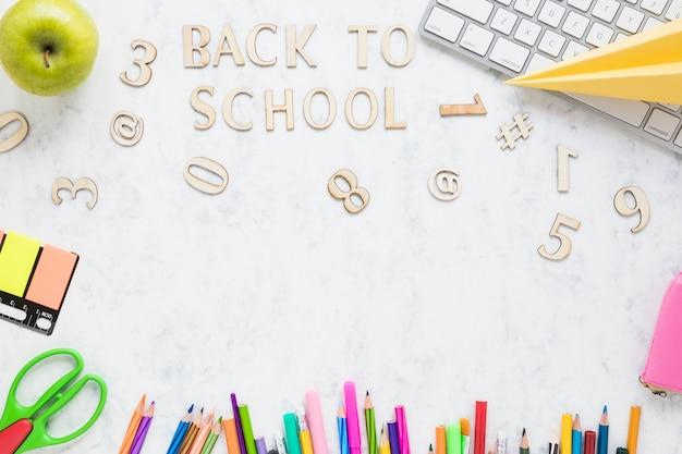 Letras de madeira dizendo de volta à escola Foto gratuita