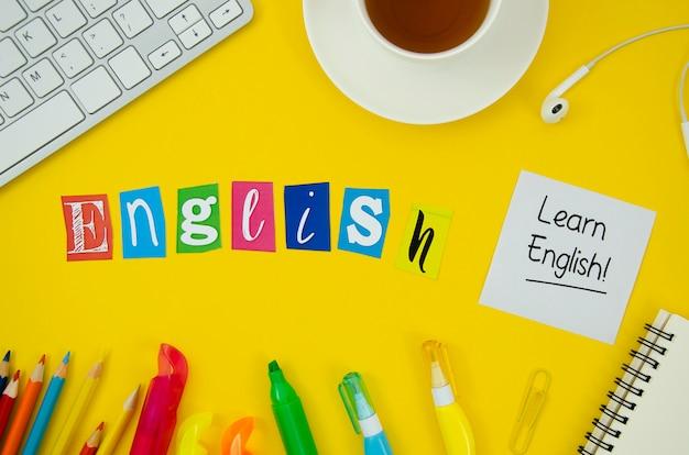 Letras em inglês sobre fundo amarelo Foto gratuita