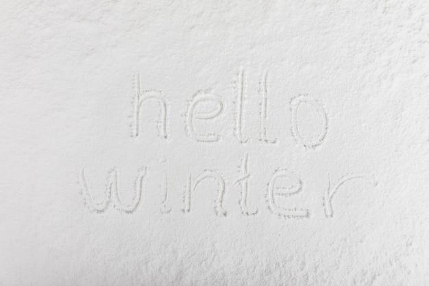 Letras escritas na superfície da neve Foto gratuita