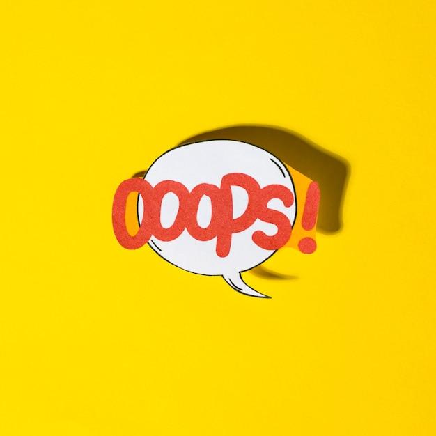 Lettering oops bolha de discurso de efeitos sonoros de texto em quadrinhos sobre fundo amarelo Foto gratuita