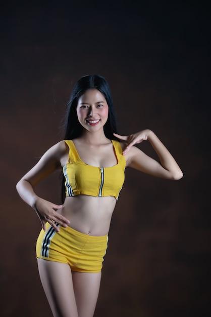 Levantamento bonito do dançarino da jovem mulher Foto gratuita