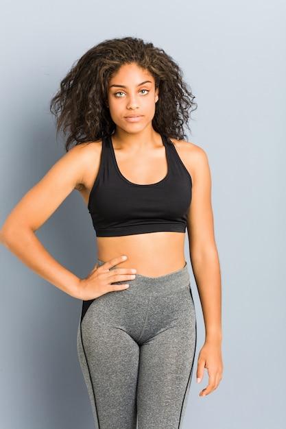 Levantamento desportivo afro-americano novo da mulher Foto Premium
