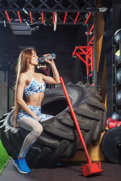 Levantamento desportivo da mulher Foto Premium