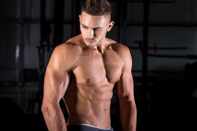 Levantamento do homem muscular Foto gratuita