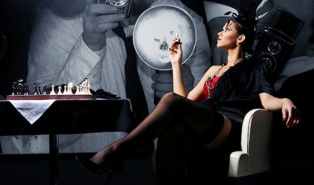 Levantamento jovem e sexy da mulher do vintage Foto gratuita