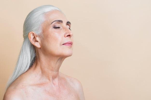 Levantamento maduro da mulher da vista dianteira Foto gratuita