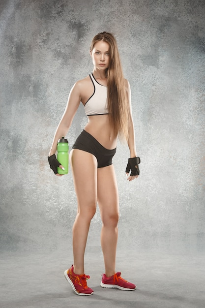 Levantamento muscular do atleta da jovem mulher Foto gratuita
