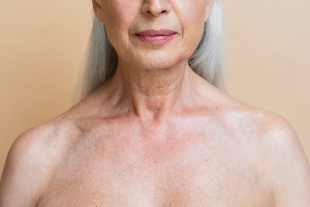 Levantamento sênior da mulher do close-up Foto gratuita