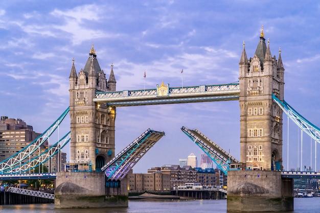Levantando a ponte da torre de londres Foto Premium