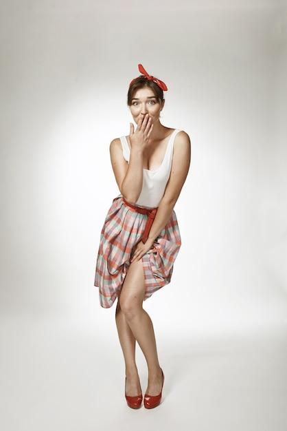 Levante retratos de estilo em fundo sólido. garota engraçada posando no estilo retrô foto Foto Premium