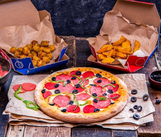 Leve pizza, batatas fritas e pepitas. Foto gratuita