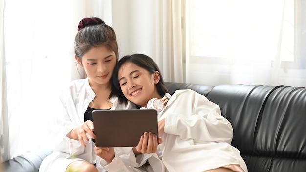 Lgbt, jovem feliz e fofa asiática homossexual relaxando no quarto de sua casa Foto Premium