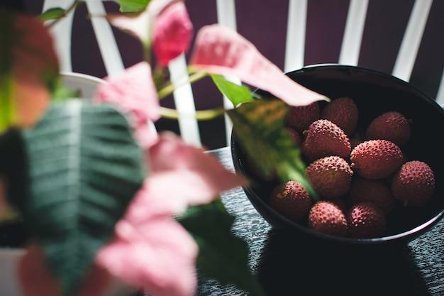 Lichia rosa na tigela Foto gratuita
