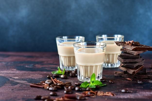 Licor de café forte com grãos de café e pedaços de chocolate amargo Foto Premium