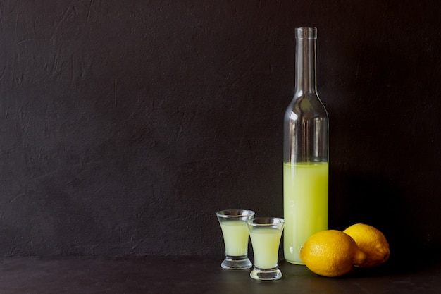 Licor de limoncello italiano. álcool. barra. cozinha nacional. receita. Foto Premium