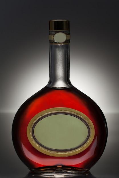 Licor em uma garrafa redonda Foto gratuita