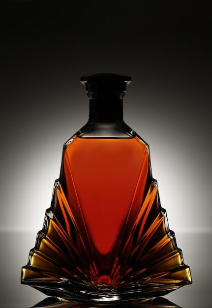 Licor em uma linda garrafa de vidro Foto gratuita