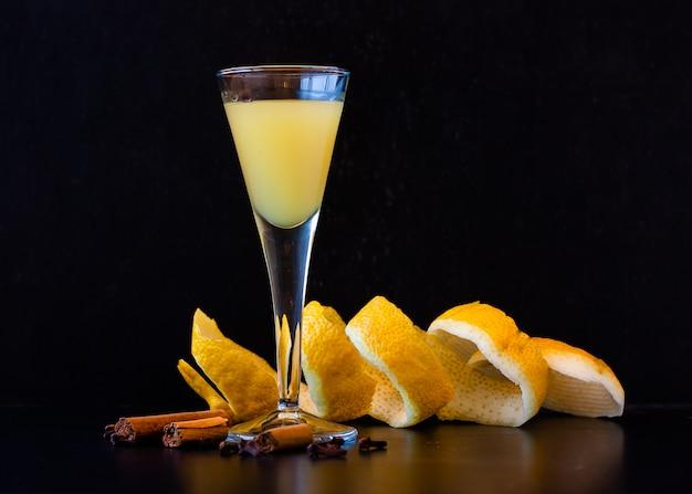 Licor siciliano limoncello em elegante copo no escuro Foto Premium