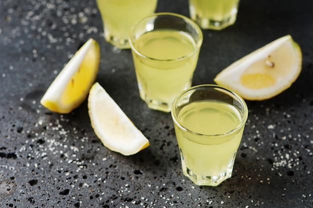 Licor tradicional italiano limoncello com limão Foto Premium