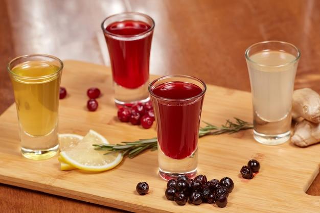 Licores de frutas com sabor na placa de madeira Foto Premium